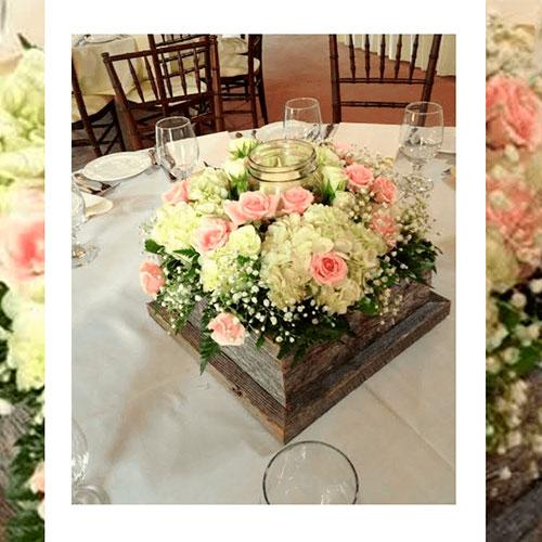 Imagen de Centros de mesa con flores cofre floristería Florilandia Express