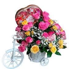 Hermosa Bicicleta de diseño vintage, con minirosas de colores y estuche de chocolates.