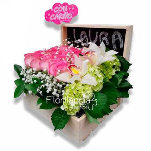 Hermosa Caja de Flores Personalizada, con rosas, hortencias, orquideas y variedad de follajes.