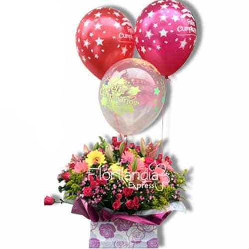 Hermosa caja importada con arreglo floral de flores silvestres. Obsequio 3 globos en helio.