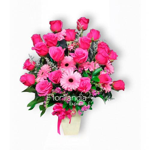 imagen de Arreglo floral con rosas rosadas y gerberas ilusión - Arreglos florales a domicilio Bogotá - Floristería Florilandia Express