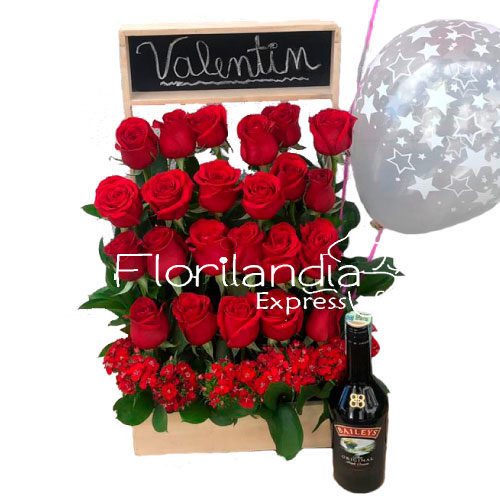 Espectacular arreglo de rosas rojas, con tablero para nombre personalizado, acompañado de una botella de Baileys y un globo.