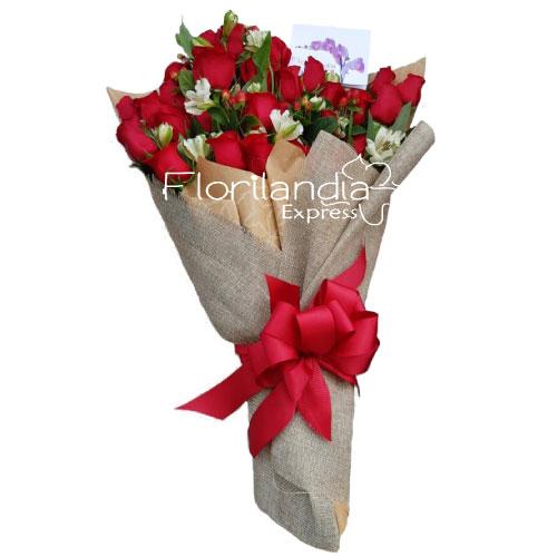 Hermoso ramo de rosas rojas con astromelias.
