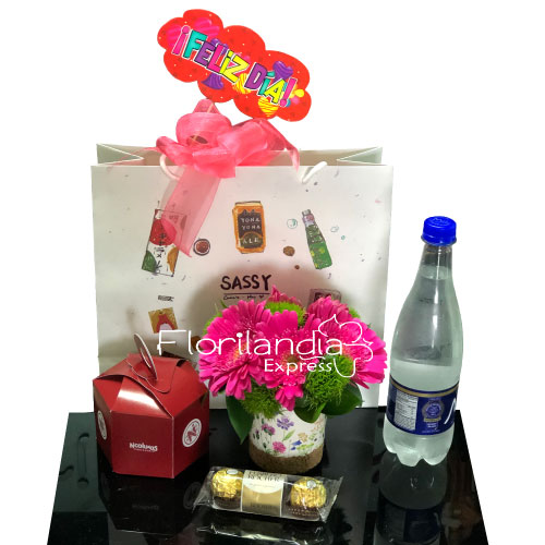 Hermosa Sorpresa a Domicilio que contiene arreglo floral con Gerberas, Postre del dia, Botella de Agua y Chocolates Ferrero x 3 unidades.