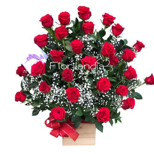 Hermoso arreglo de rosas rojas que contiene 50 rosas rojas de exportación en base tipo guacal