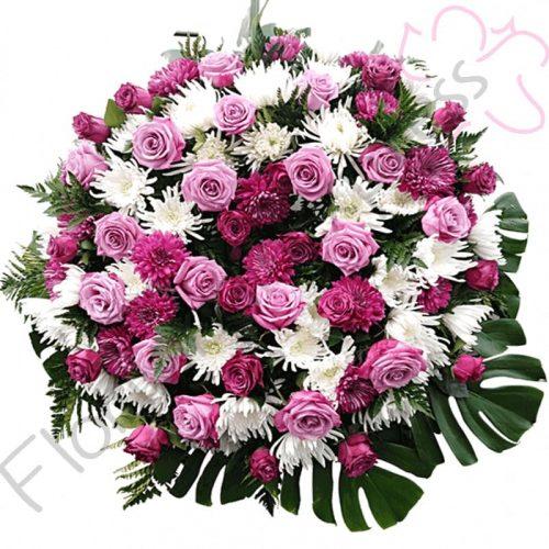 Hermosa Corona Funebre a Domicilio realizada en tonos blancos, lilas, rosados y variedad de follajes.