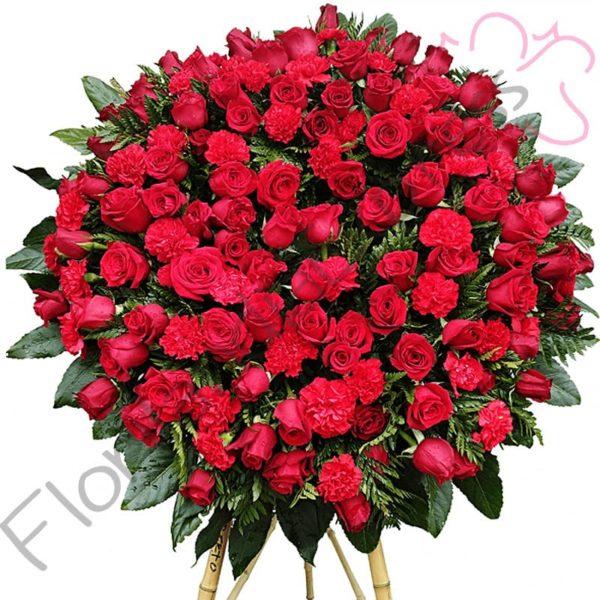Imagen de Corona Funebre a Domicilio Rioja, realizada con flores rojas, claveles rojos y variedad de follajes.
